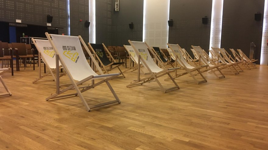Fot. Leżaki i krzesła w Sali kinowej